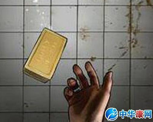 捡肥皂是什么意思:   捡肥皂书面意思是肥皂掉在地上,弯腰下去捡的时候,会受到同性背后的攻击(俗称爆菊花)。意指男性行为。   改编自《捉泥鳅》的一首网络歌曲。   起源   捡肥皂的最早的起源是94年美国无厘头电影《白头神探3》,电影讲述他假扮犯人入狱,取得恐怖分子的信任一齐逃狱,终于误打误撞解决危机。其中有一段就是他刚进监狱时监狱里面的老人丢肥皂让他捡,准备突袭他的时候发现。   而后是美剧《监狱风云》,原名为《OZ》,电影因为著名的暴力塑造外以及如果犯人弯腰捡肥皂就会被爆菊而名噪一时。还有相